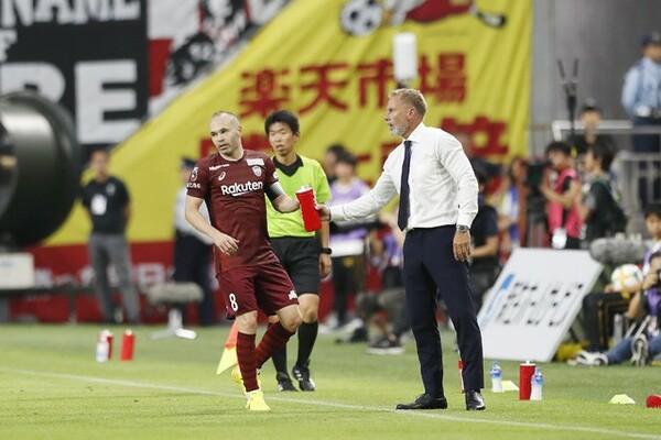 2019年6月に神戸の監督へ就任したフィンク(右)。20年の天皇杯とゼロックス・スーパーカップの優勝へと導き、そのマネジメント力に今季も注目が集まっている