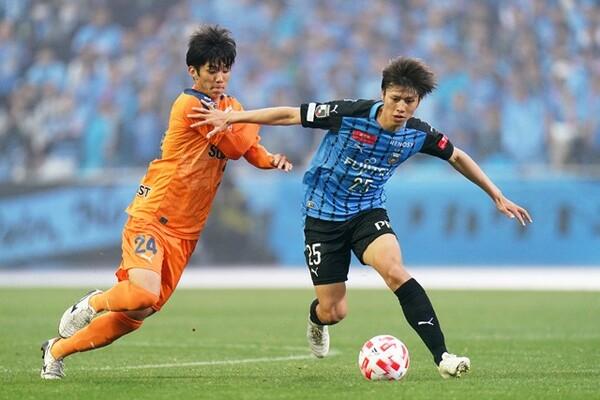 那須さんは若手注目株のひとりとして川崎の田中碧(右)を挙げる。Jリーグをけん引する存在となれるか