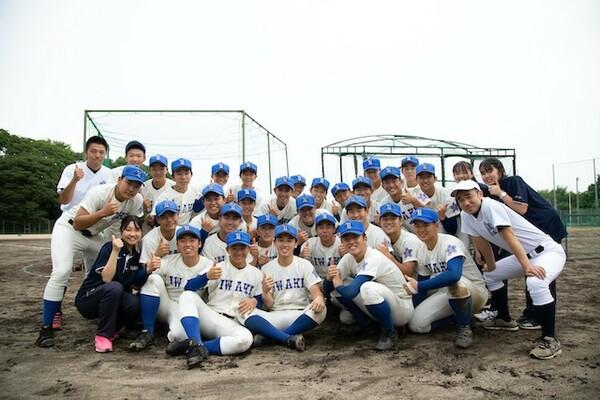 渡辺純・新監督(後列左)、後藤浩之・新部長(前列右)が率いる磐城高野球部は新しいスタートを切った