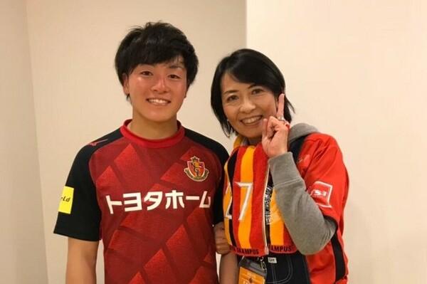 名古屋グランパスの相馬勇紀と母親の靖子さん