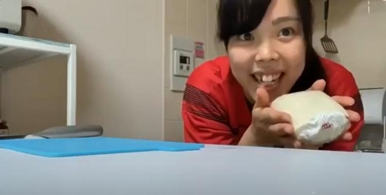 SNSで公開した自粛期間中の「おうち時間」で小島選手はフルーツサンド作りに挑戦