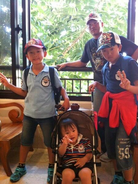兄の影響で野球を始めた行慶(左)は徐々にのめり込み、元・プロ野球選手の父(奥)に憧れを抱くようになった