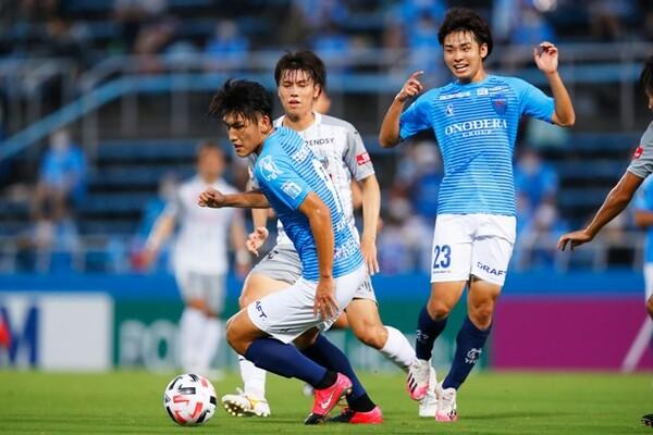 横浜FCの注目は一美和成(左)と斉藤光毅の若き2トップ。J1王者の牙城を崩せるか