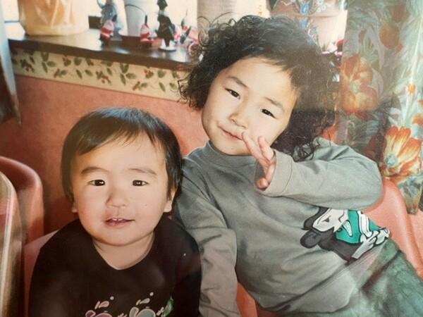 姉の朱香さん(右)と土田龍空(左)。龍空は幼少期からさまざまなボールと親しんでいた