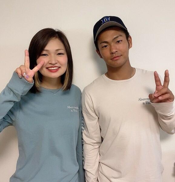 近江高校出身の姉の朱香さん(左)と土田龍空(右)