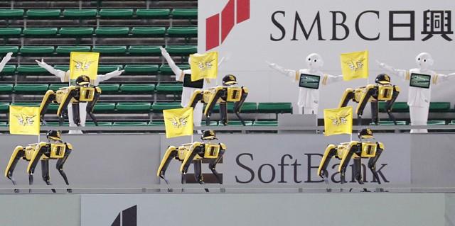 プロ野球・ソフトバンク戦で登場したロボット応援団、そのシュールな様子が大きな話題となった
