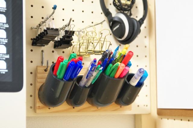 ホームセンターで売っている塩ビ管の綱手を利用したペン入れ。角度が45度の物を選んで片方をホームセンターでカットしてもらう。その際、端材は他にも利用できるのでとっておく。