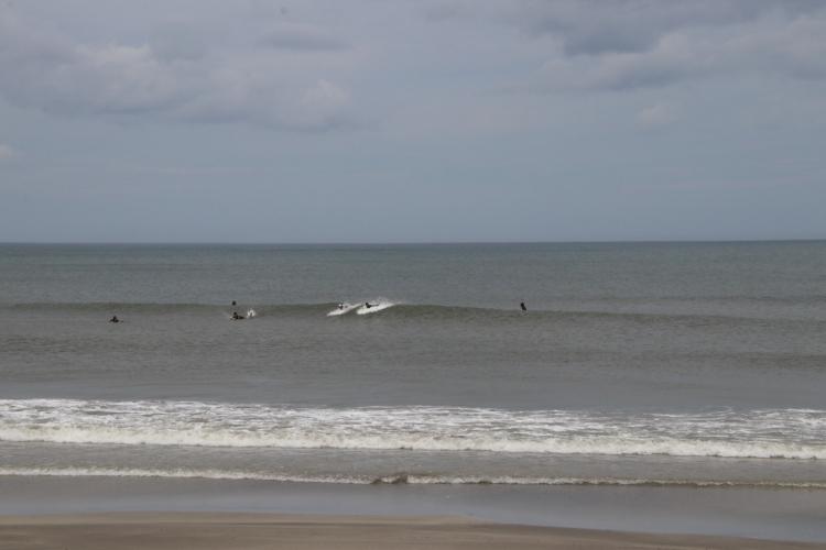 一般サーファーなら遊べる波も入るが、五輪会場としてはかなり物足りない状態