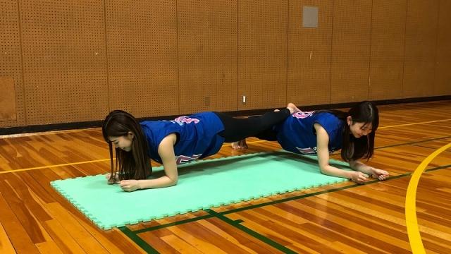 バスケ・美人チア、「美ボディ」維持のための『体幹ペアトレーニング』