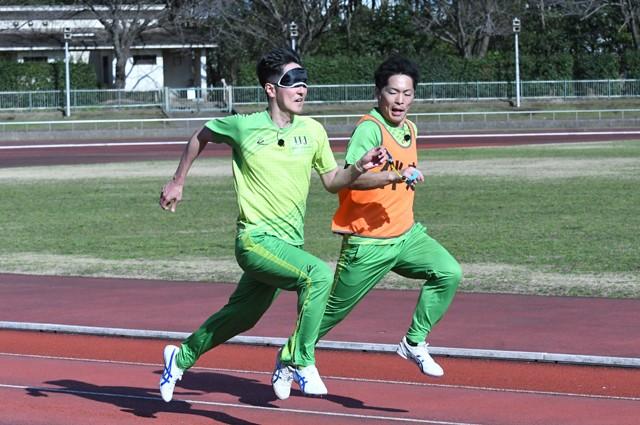 全盲スプリンターとして東京パラ出場を狙う鈴木秀俊選手とガイドランナーの青木邦成さん(写真左から)