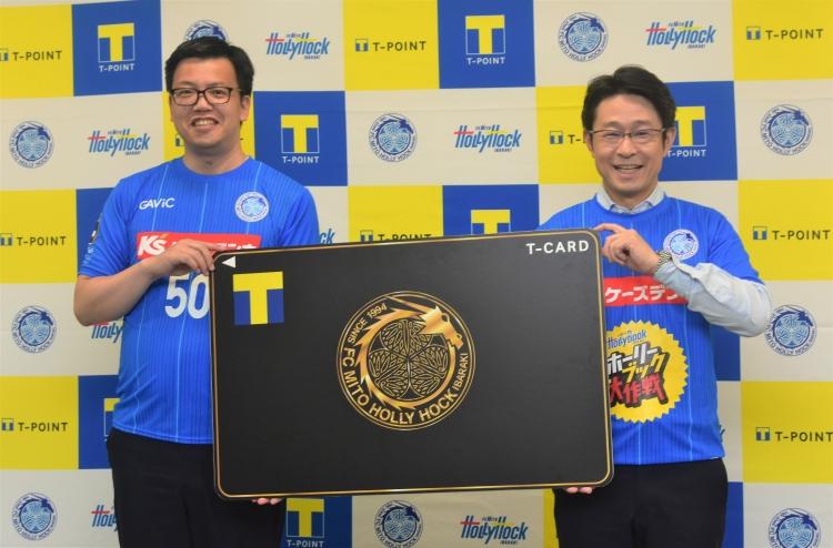 株式会社フットボールクラブ水戸ホーリーホック小島代表取締役社長(左)と株式会社ブックエース奥野康作代表取締役社長(右)
