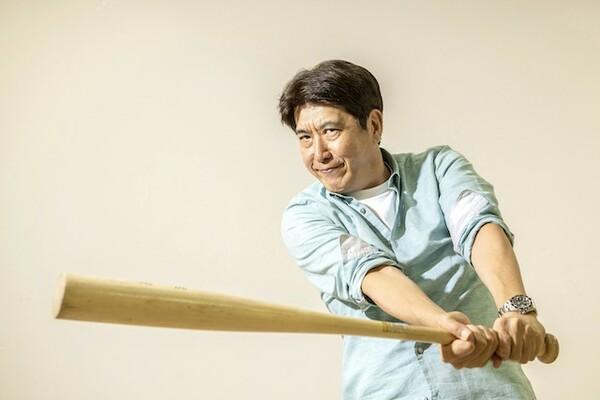 帝京高校野球部出身の石橋貴明。バットを振りぬく姿が実に板に付く
