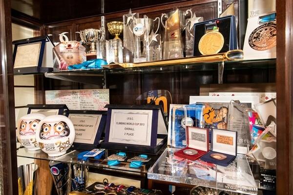 実家に置かれたディスプレイケースのなかには、これまでの競技人生で野口が獲得したメダルやトロフィーの所狭しと並べられている
