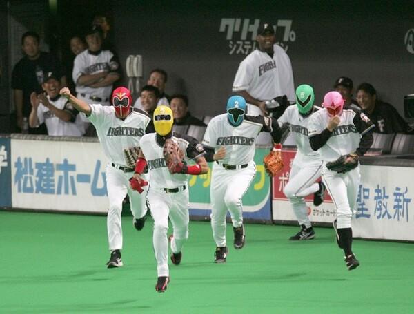 日本ハム時代の試合前、ゴレンジャーのマスクをかぶり、ベンチを飛び出す新庄さん(左から2人目)