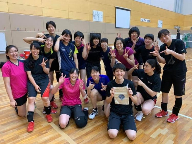 新任の岡本コーチの誕生日をお祝いする選手たち。チームの雰囲気の良さはSNSを通しても伺える