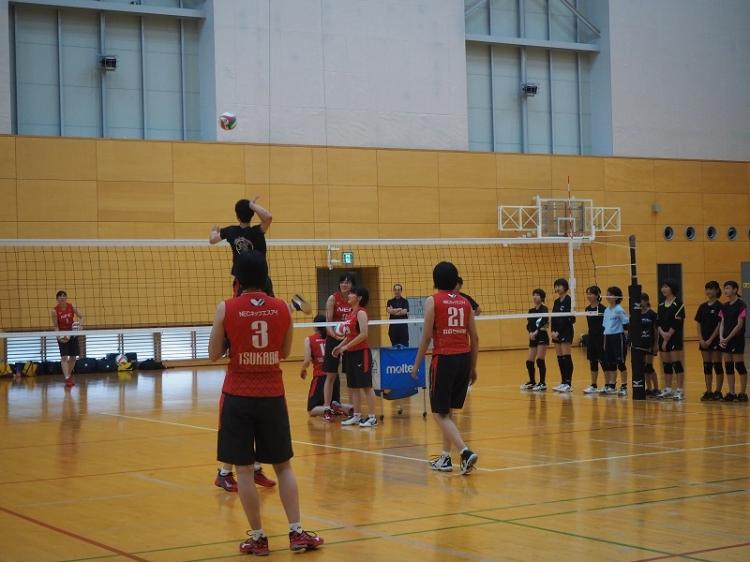 例年はシーズン開幕前に川崎市内の学生を中心に「バレーボール教室」を実施