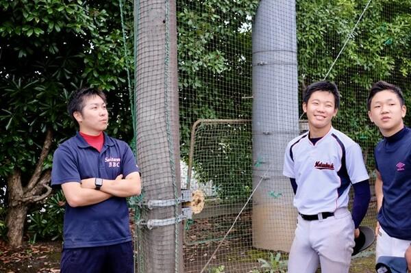 埼玉県にある松伏高校野球部は、今年3月まで選手が倉田晴稀(右から2人目)の一人しかいなかった。左は矢嶋正悟監督
