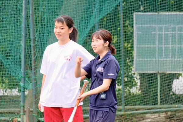 慢性的な部員不足に悩まされる松伏高校において、女子マネジャーの存在は不可欠であった(写真右が3年生の高橋)