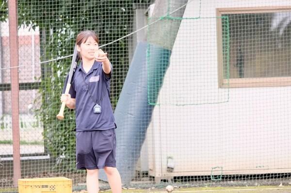捕球練習ではボールを投げ、ノックではノッカー役も務める