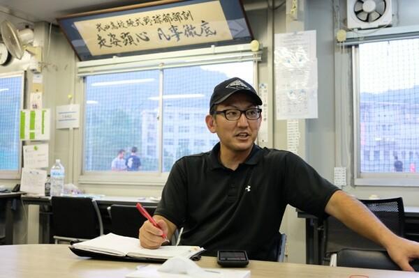 岡嵜雄介監督(写真)は健大高崎・青柳監督にかけられた言葉で自らの方針を変えたという