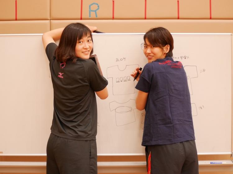 ホワイトボードに描かれた企画段階のデザインを必死に隠す2人(笑) ファンと共に挑戦を続けるチームのコート外も必見。