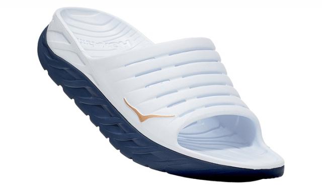 「ORA RECOVERY SLIDE(オラ リカバリー スライド)」¥8,000+tax サイズ:[Women's]22.0cm〜26.0cm [Men's]25.0cm〜31.0cm カラー:White/Vintage Indigo ランニングや過酷なレース、トレーニングの後の疲れた足を癒すリカバリーサンダル。フィット感が高く、オーバーサイズミッドソールによる抜群のクッション性とメタロッカー構造で快適な履き心地を提供してくれます。