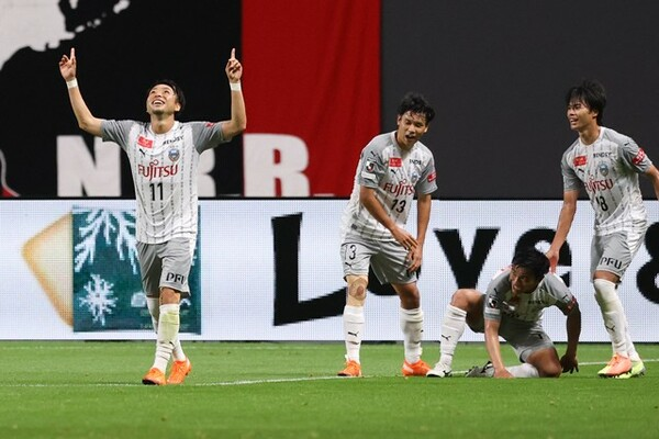 エース小林悠(左)は切り札としての起用も多い。リーグ戦7得点のうち途中出場で6得点をマークしている