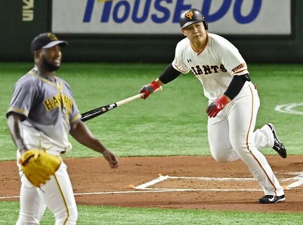 セ・リーグ野手でファンの支持を最も集めたのは、巨人の4番・岡本(写真右)だった