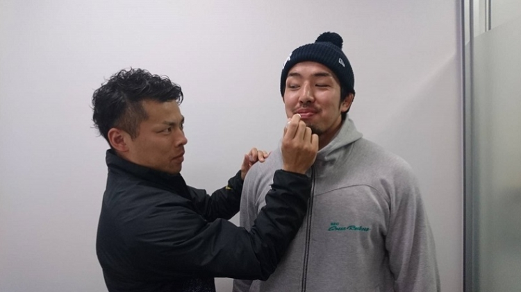 廣澤選手の唇と脱退を守る鬼監督・吉廣選手。