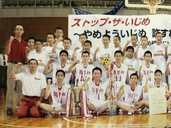 地元で開催された全国中学校大会で優勝を果たした(下段左:富樫コーチ、右から二番目:富樫勇樹)