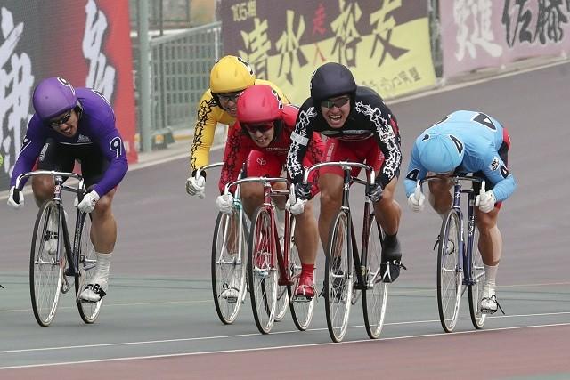 高松宮記念杯(GI)で2度目の完全優勝を果たすなど、本職の競輪でも絶好調の脇本(右から2人目)