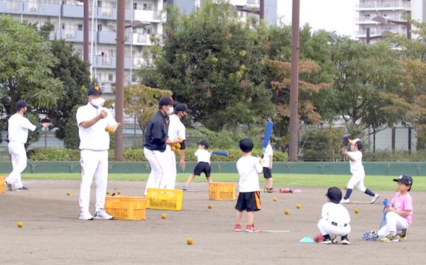 練習中は子どもたちの動きに目を配り、これをしたらダメというものを回避させてあげたいと岡崎さんは語る