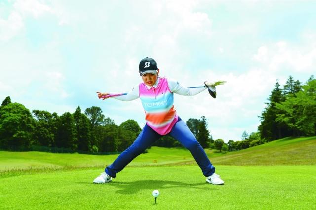 体重を右足に移動しつつ、胸が目標の反対を向くぐらいに上体を捻転させます
