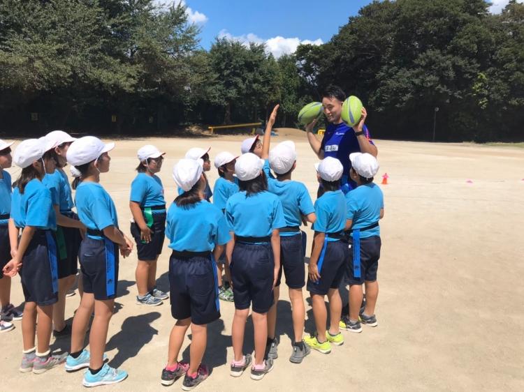 細田選手と子供達がタグラグビーでふれあう。こんな光景は何度でもみたい。