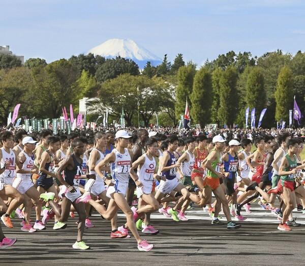昨年の箱根駅伝予選会スタートの様子。新型コロナウイルス感染防止対策として行われる滑走路を周回する今年のコースは、レースにどう影響するのか
