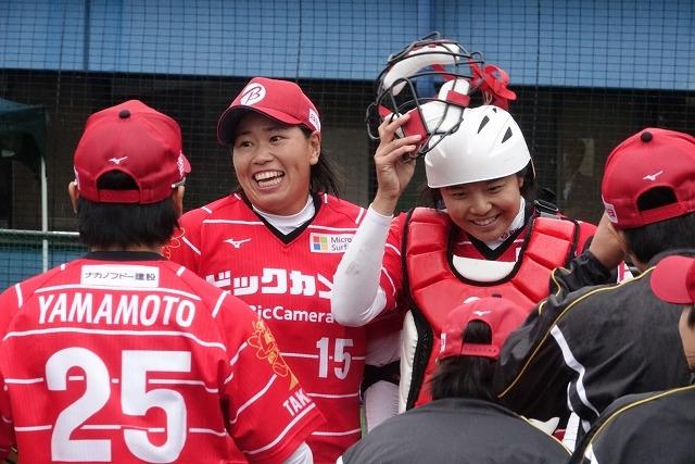 (左)濱村ゆかり投手(右)我妻悠香選手(第9節 vs デンソー戦)