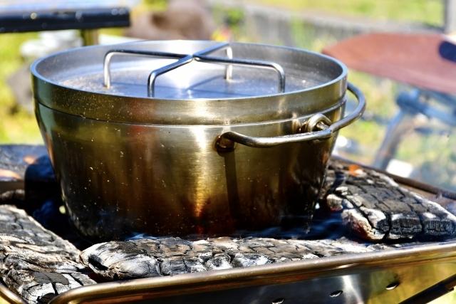 水入らずでキャンプ初心者でも簡単!ダッチオーブンで無水カレー!