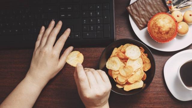 「お腹は空いていないのに…」つい食べそうになってしまったときに思い出してほしい3つのこと