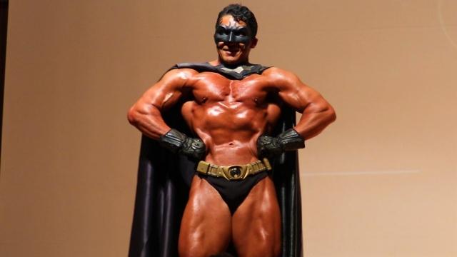バットマンのコスチュームで登場した井上浩