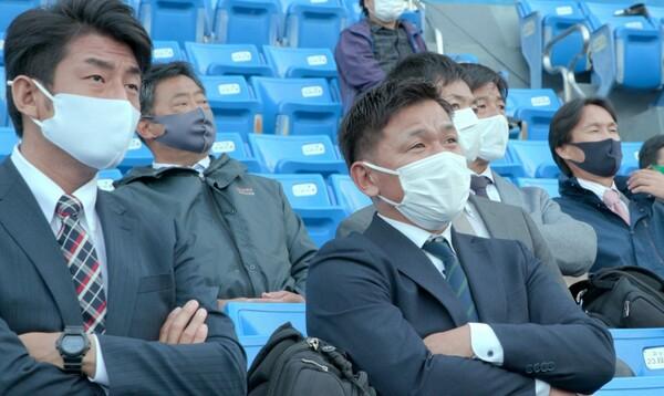 10月27日、前日のドラフト会議で1位指名をした亜細亜大・平内龍太選手を視察に訪れた巨人のスカウト陣。例年と異なる特殊なシーズンを過ごした