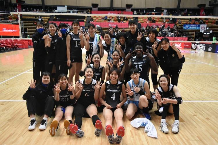 4勝目を挙げ、笑顔を見せる埼玉上尾メディックスの選手たち