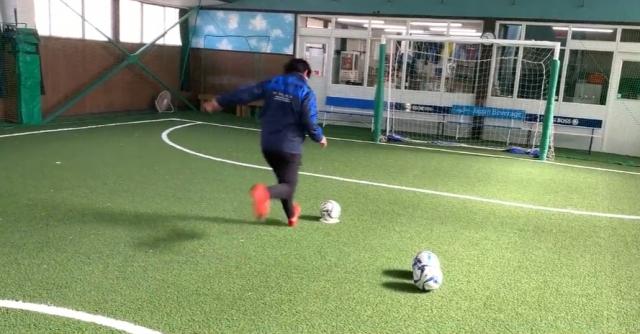 【サッカー練習メニュー】シュート(1)(止まったボールを蹴る・正面から助走・連続して同じ場所に正確に蹴る)