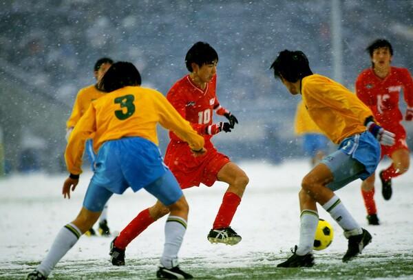 """歴代屈指のドリブラー、本山雅志。""""赤いすい星""""の異名をとった東福岡の10番として高校3冠を達成した"""