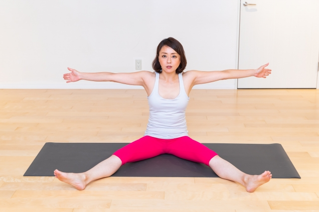足はできる範囲で開き、両腕を持ち上げる。