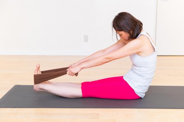 腕をしっかり伸ばし、肩甲骨をひらくイメージで前屈をキープ。可能なら足を浮かせて、足の裏側の筋肉もしっかりと伸ばして。