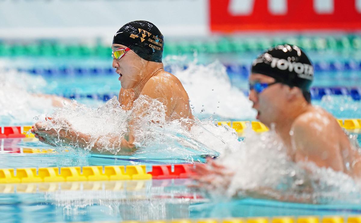 佐藤翔馬と渡辺一平(右)。男子平泳ぎは世界トップクラスで渡り合える2人が切磋琢磨する(代表撮影)