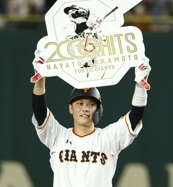 11月8日、史上53人目の2000安打を達成した坂本勇人選手。右打者では最年少というスピード達成だった