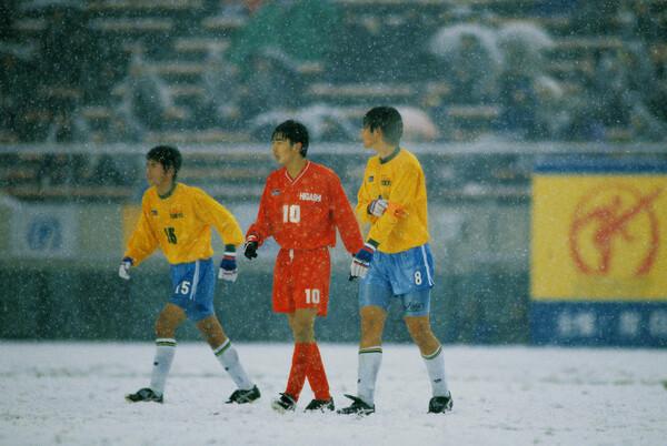 MF本山雅志(写真中央)らとともに高校三冠を達成。大雪のなかでの帝京(東京)との決勝は多くのサッカーファンの脳裏に刻まれている