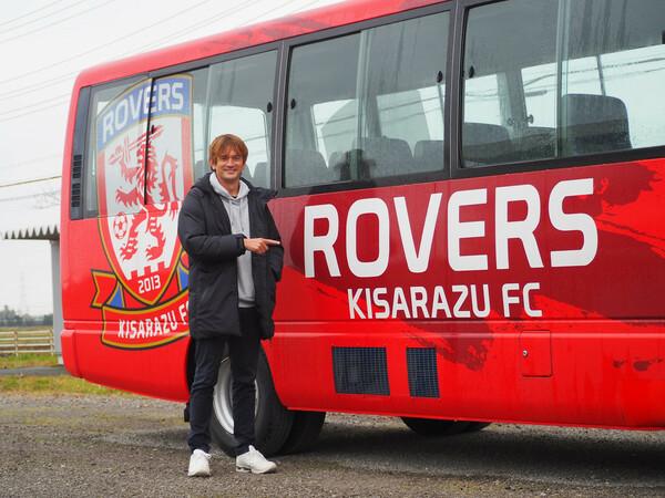 選手やスクール生などの送迎に使用するため、ローヴァーズのロゴがラッピングされたバスも制作