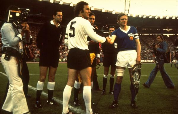 1974年の地元開催W杯を制覇した西ドイツ代表のキャプテンとしても名高いベッケンバウアー(写真中央)